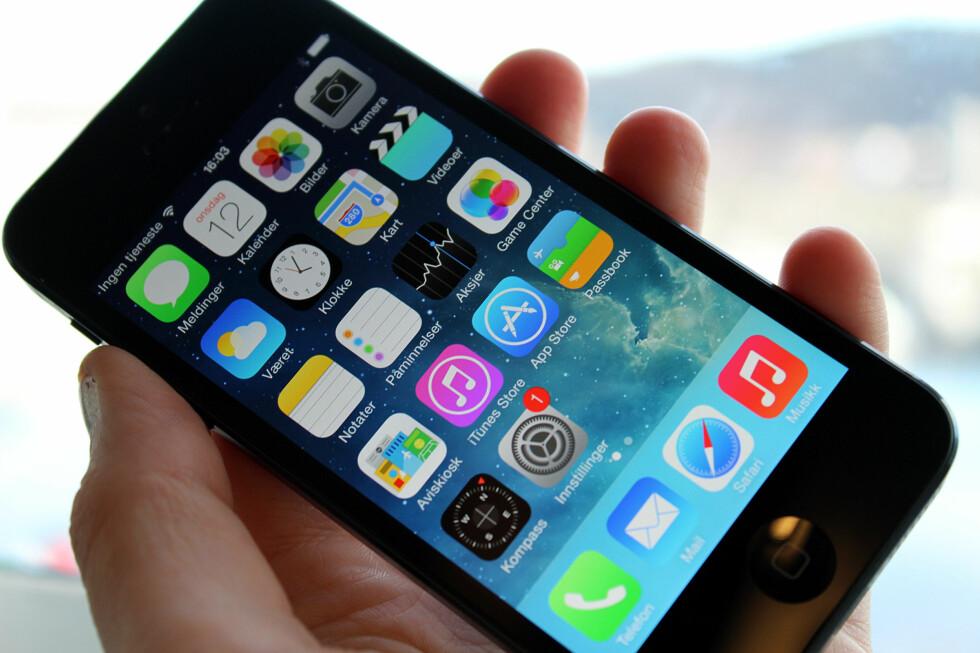RYDD OPP: Hjemskjermen er det første du ser når du låser opp iPhone-en din. Jo ryddigere, jo lettere blir det å bruke telefonen, mener vi. Foto: KIRSTI ØSTVANG
