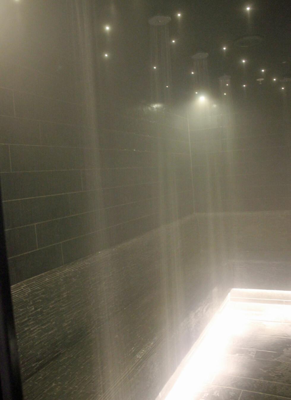 Steamrommet i tilknytning til hamamen har dusjdyser langs alle veggene, slik at man kan dusje av seg leiren. Foto: ELISABETH DALSEG