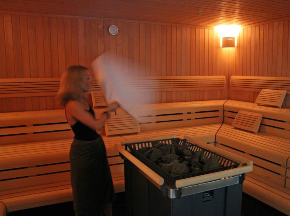 Badstuen har ovnen sentralt plassert, aromatiske oljer kan helles på steinene, og duften viftes rundt i rommet ved hjelp av et håndkle. Foto: ELISABETH DALSEG