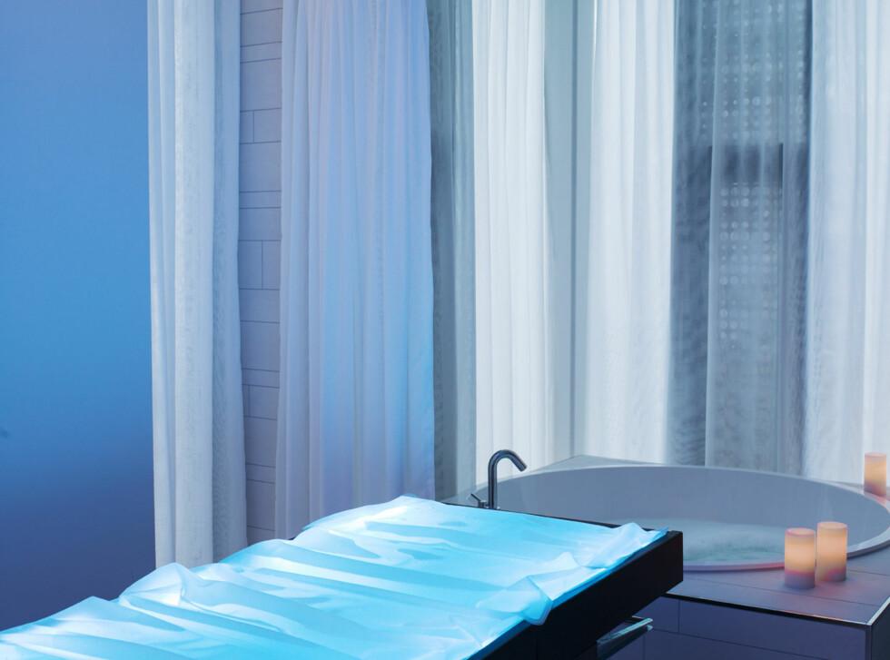 Spa-suiten har en spesial vannsengbenk og både madrass og taket har installert LED-lys for ekstra lysterapi. Det er også en egen privat dusj og boblebad i suiten. Foto: STUDIO DREYER HENSLEY