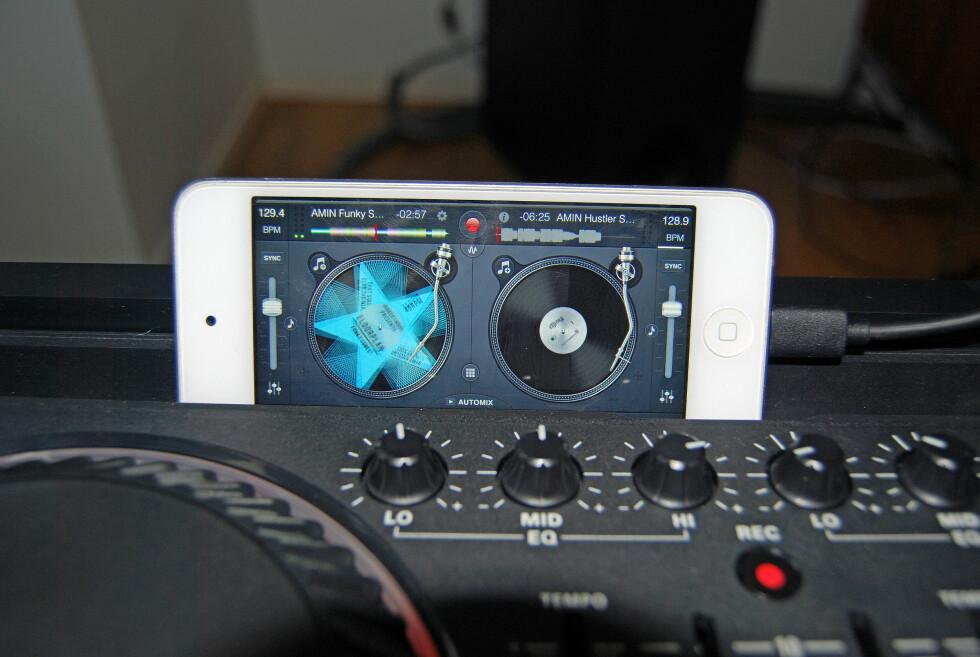 BRUK EN STØRRE SKJERM: Det er knotete å hente frem sanger fra en spilleliste på en så liten skjerm, her bør du bruke en iPad eller iPad Mini.  Foto: THOMAS STRZELECKI