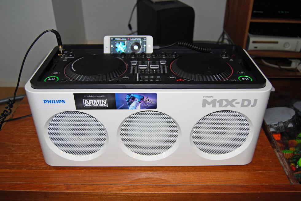 PARTY PÅ BOKS: Philips-anlegget skal være et alternativ til de atskillig dyrere DJ-produktene fra Pioneer.  Foto: THOMAS STRZELECKI