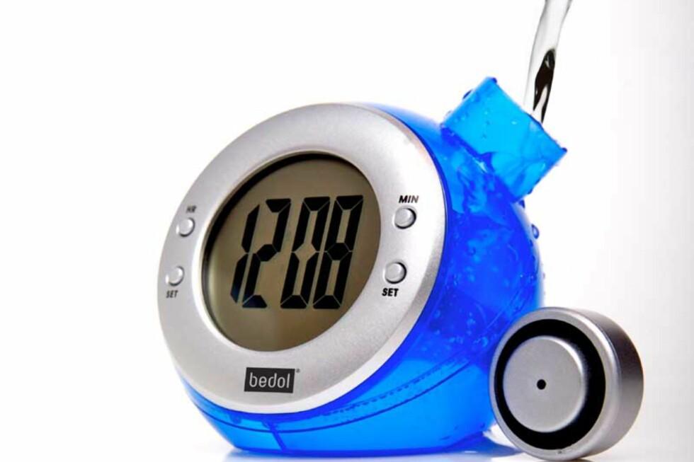 SMART? Denne klokka koster 100 kroner og trenger kun vann for å vise tiden.  Foto: BEDOLWHATSNEXT.COM