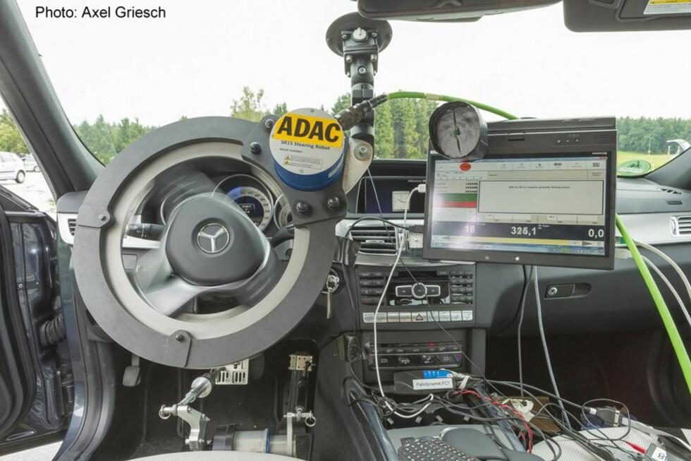 SERIØSE TESTER: ADAC er den tyske bilistorganisasjonen som samarbeider med NAF om en rekke forbrukertester. Når nødbrems-systemene skal testes, ovewrlates ingenting til tilfeldighetene. Foto: AXEL GRIESCH/ADAC