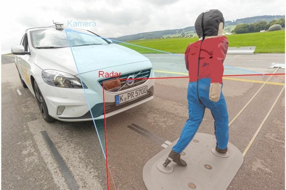 KAN REDDE LIV: Ved typisk bykjøring klarer systemet i Volvo V40 å hindre sammenstøt med fotgjengere i opptil 45 kilometer i timen. I tillegg har den en beskyttende kollisjonspute under panseret. Foto: AXEL GRIESCH/ADAC