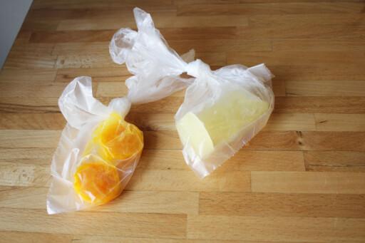 Når egget har frosset kan du bitene i en boks eller plastpose, som her, klar til bruk. (Det lønner seg å ta dem ut før de har frosset helt fast, slik at du enklere får dem ut av formen. Foto: ELISABETH DALSEG