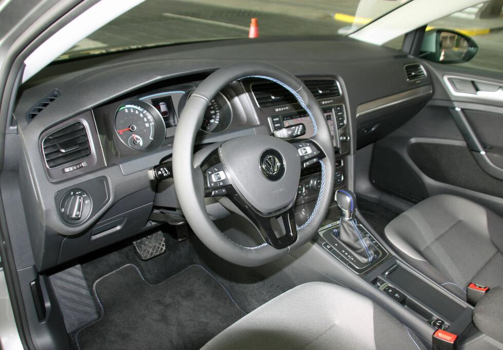 """ELEGANT LØST: Interiøret i e-Golf er like funksjonelt som i en vanlig Golf - med blå sømmer i tillegg som understreker """"øko""""-aspektet ved bilen. Og utstyret er imponerende som standard. Foto: KNUT MOBERG"""