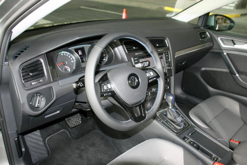 """<b>ELEGANT LØST:</b> Interiøret i e-Golf er like funksjonelt som i en vanlig Golf - med blå sømmer i tillegg som understreker """"øko""""-aspektet ved bilen. Og utstyret er imponerende som standard. Foto: KNUT MOBERG"""