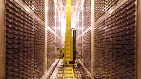 ALLE VAR DER: En robot lagrer nye prøver i Biobank, vedens største kjølelager for urin- og blodprøver, utenfor Manchester i England. Foto: Biobank