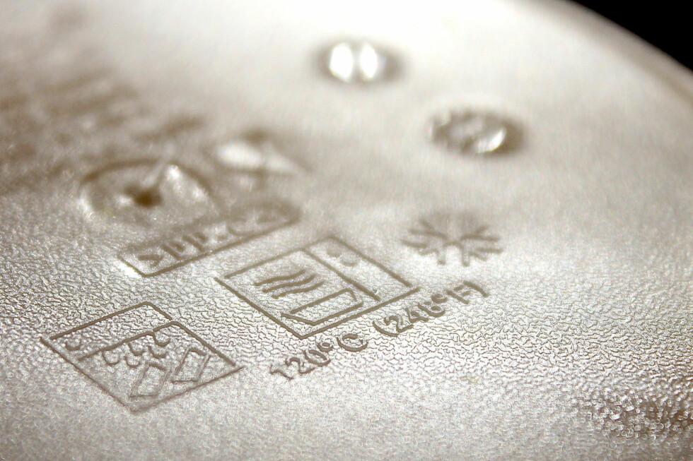 Det kan være vanskelig å se, men disse tre symbolene betyr at plastboksen vår tåler (fra venstre) oppvaskmaskin, mikrobølgeovn og fryser. Foto: OLE PETTER BAUGERØD STOKKE