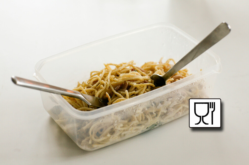 Ser du et slikt glass- og gaffelsymbol er det trygt å bruke emballasjen til mat - men det er ikke automatisk greit å fryse boksen, eller varme maten i mikrobølgeovn. Foto: COLOURBOX.COM