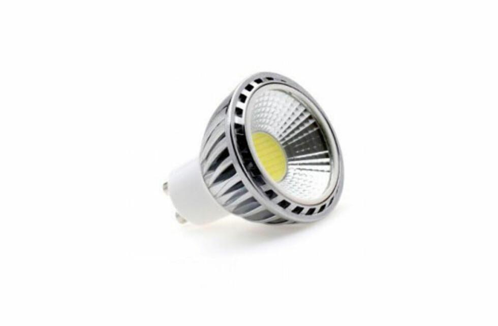 Med COB-LED pakkes lysdiodene svært tett på et brett, og settes inn i lyspærer som denne. Foto: COB-LED