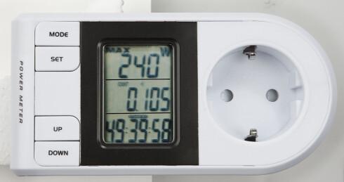 Det finnes enkle energimålere som kan måle hvor mye strøm et apparat bruker. For en varmepumpe er det viktig å i tillegg måle hvor mye energi som kopper ut, altså hvor god effekten er. Foto: Clas Ohlson