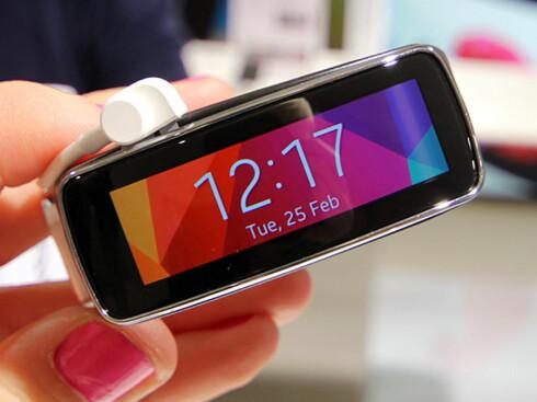 <strong>LITEN OG LEKKER:</strong> Samsung Galaxy Fit ser ut som en smartklokke, men er egentlig et treningsarmbånd. Foto: KIRSTI ØSTVANG