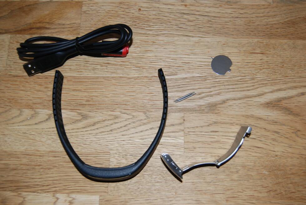 PASS PÅ: Når du åpner pakken, så pass på å ikke mist de små delene som skal hjelpe deg å justere lengden på armbåndet.