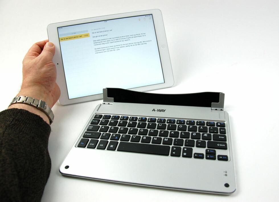 iPad settes rett ned i dokken. Foto: Brynjulf Blix