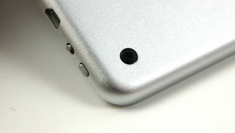 En gummifot i hvert hjørne holder tastaturet på plass. Foto: Brynjulf Blix