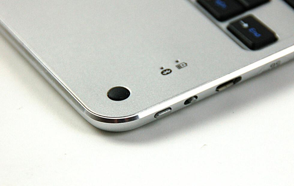 Bryter til tastaturet og Bluetooth-søk. Ladekontakt til høyre for knappene. Foto: Brynjulf Blix