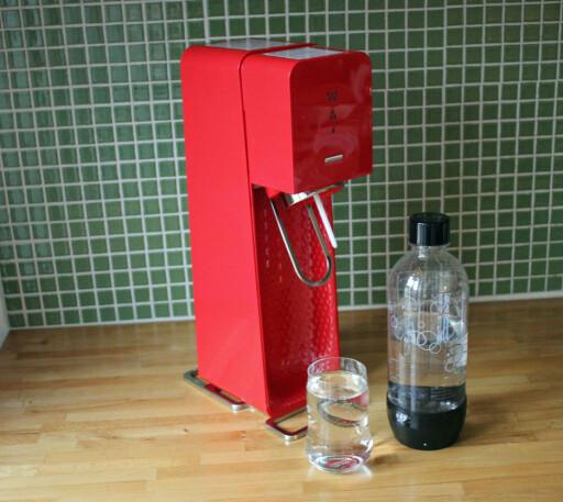 Vi likte godt både farger og designet på SodaStream-maskinen. Foto: ELISABETH DALSEG