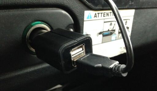 12-volt hentes fra sigarettenneren. Legg merke til at du får en ekstra USB-kontakt. Dermed kan du lade mobilen samtidig som du bruker radioen. Foto: ØYVIND PAULSEN