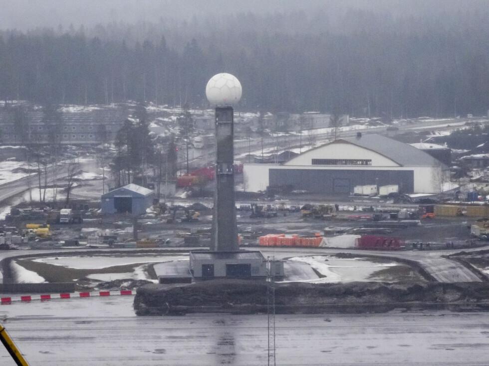 Radartårn for å sikre signaler over snøhaugene. Foto: PER ERVLAND