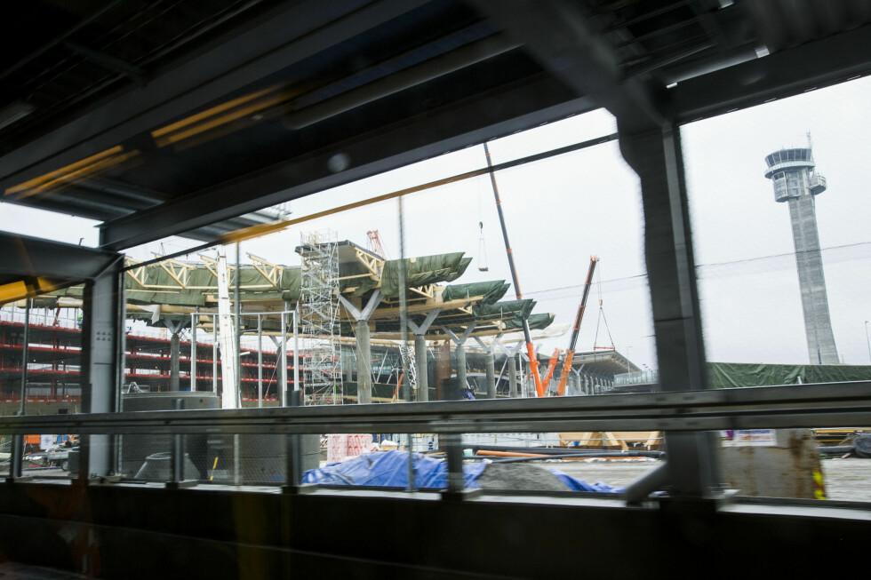 Limtredragerne er på plass i terminalbygget. Foto: PER ERVLAND