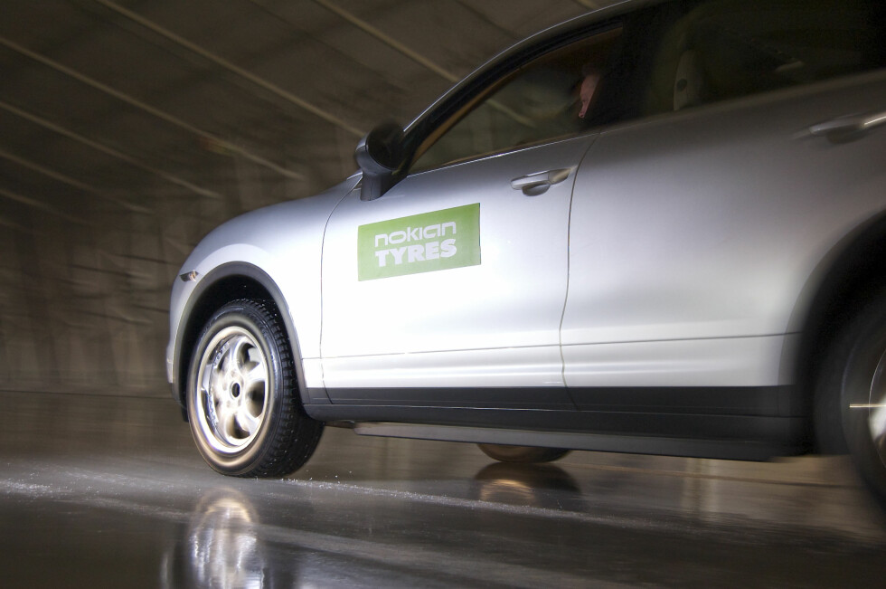 FULL SKRUBB: Når bilen møter på blank is, kan du aktivere piggene i dekket. Foto: Nokian Tyres