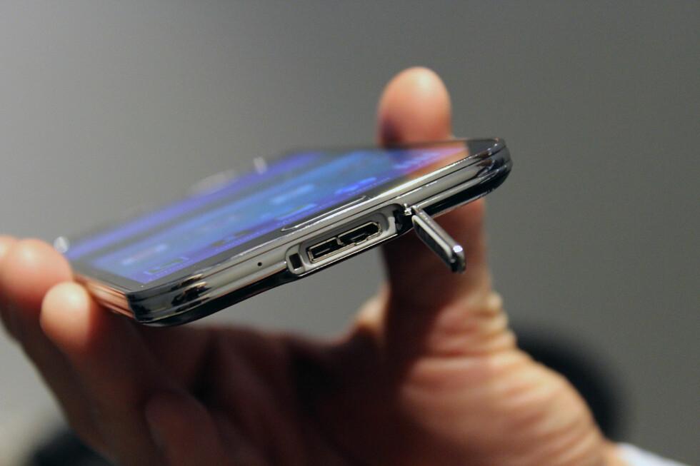 <strong>GUMMIPLUGG:</strong> Det blir en ekstra ting å gjøre når du skal sette telefonen på lading, nemlig å fjerne denne pluggen. Foto: KIRSTI ØSTVANG