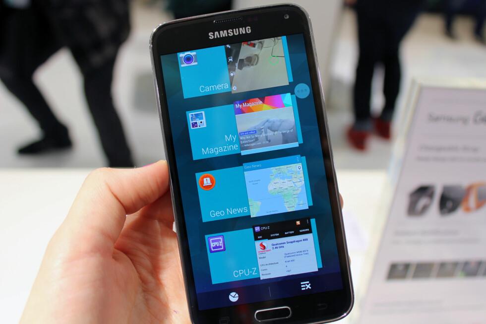 <strong>VELDIG BLÅTT:</strong> Slik ser multitasking-menyen ut på Galaxy S5. Du lukker en app ved å dra den til siden. Foto: KIRSTI ØSTVANG