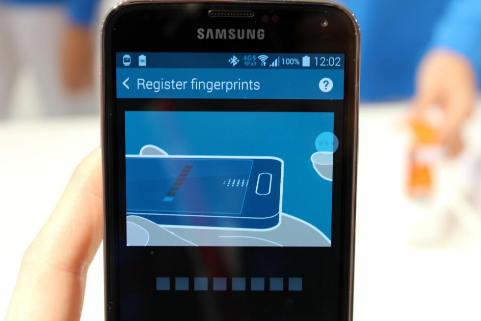 <strong>ENKELT Å REGISTRERE:</strong> Det tar ikke lange tiden å registrere et fingeravtrykk på Galaxy S5. Du drar fingeren ned på hjemknappen en håndfull ganger. Foto: KIRSTI ØSTVANG