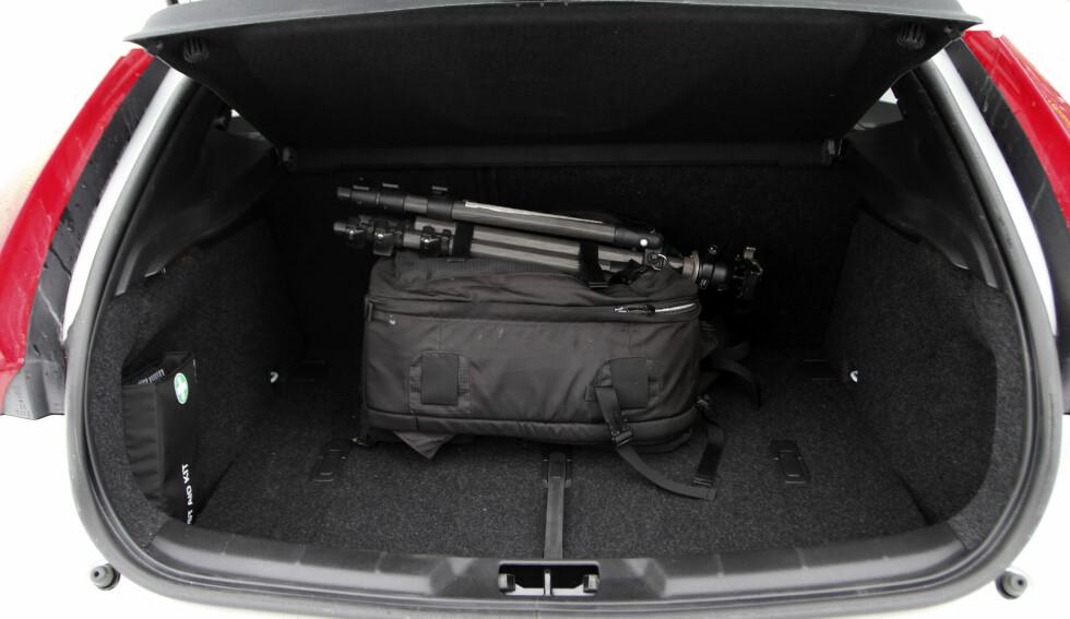 TRANG: V40 ser ut som en liten stasjonsvogn, men Volvo har klart å trylle vekk seteplassen både i baksetet og bagasjerommet. Foto:  RUNE M. NESHEIM