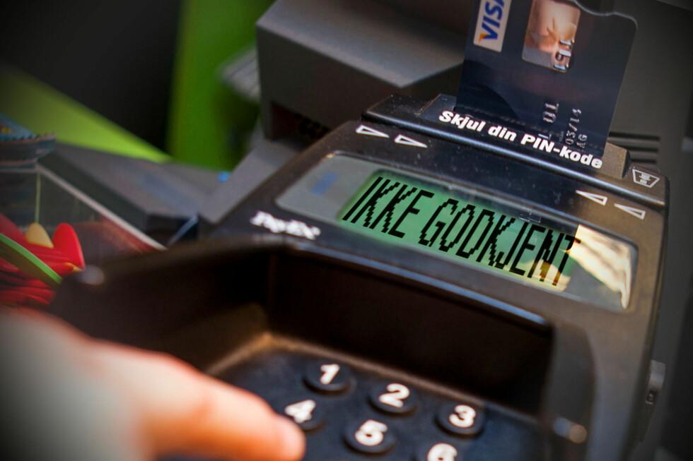 """FLAUT: Det er ikke noe god følelse å se """"ikke godkjent"""" på betalingsterminalen. Åtte prosent av oss havner potensielt i den situasjonen hver måned. Foto: PER ERVLAND/OLE PETTER BAUGERØD STOKKE"""