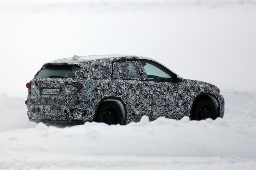 MINI-SUV: Selv under mye kamuflasje er det lett å kjenne igjen de nye BMW-linjene. Foto: AUTOMEDIA