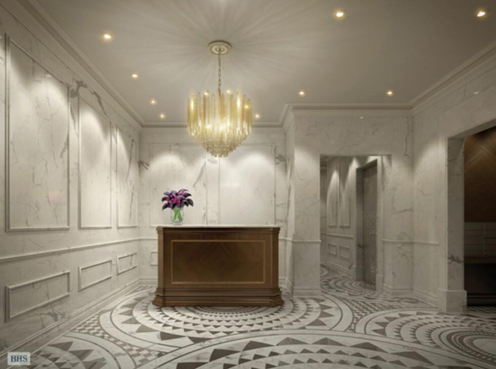 Det følger også med både dørmann, døgnbemannet resepsjon og concierge-service. Og hallen er <i>rikt</i> dekorert. Foto: 22centralparksouth.com