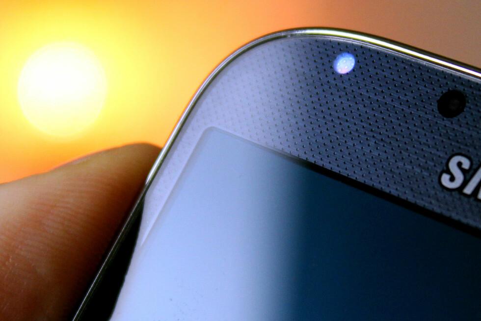 LA DET BLI LYS: Det lille LED-lyset på Android-telefonen er kjekt å ha. Foto: OLE PETTER BAUGERØD STOKKE