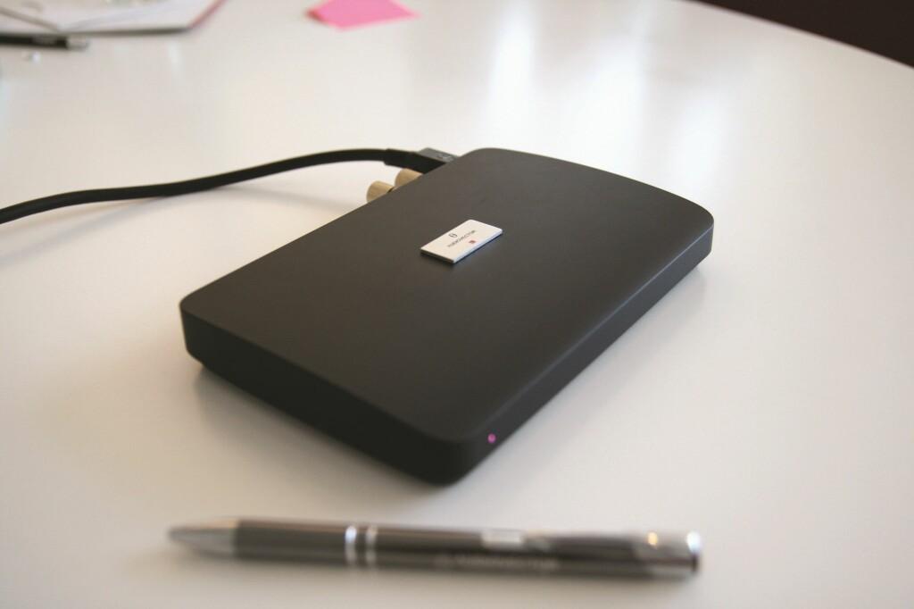 """En liten """"hub"""" tar i mot trådløs og kablet lyd, og sender denne digitalt videre til høyttalerne via et par høyttalerkabler. Foto: Audiovector"""