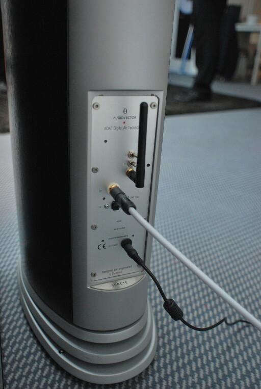 Prototypen på Audiovectors nye konsept, da med wifi-antenne, ble vist på hi-fi-messa i München i 2012. Foto: Jan Omdahl
