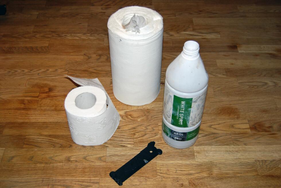 ALT DU TRENGER: De fleste har allerede dette hjemme: dopapir, kjøkkenpapir, white spirit og skrape.  Foto: THOMAS STRZELECKI