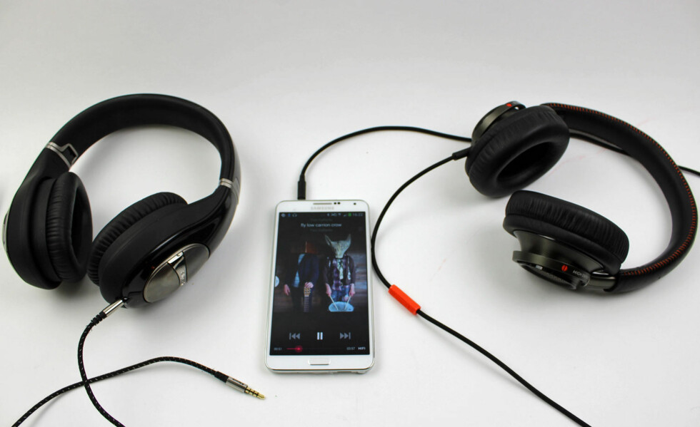 Klipsch Status til venstre, musikken kommer via  WiMP Hifi på Samsung Note 3, Philips Fidelio L2 til høyre. Foto: ØYVIND PAULSEN