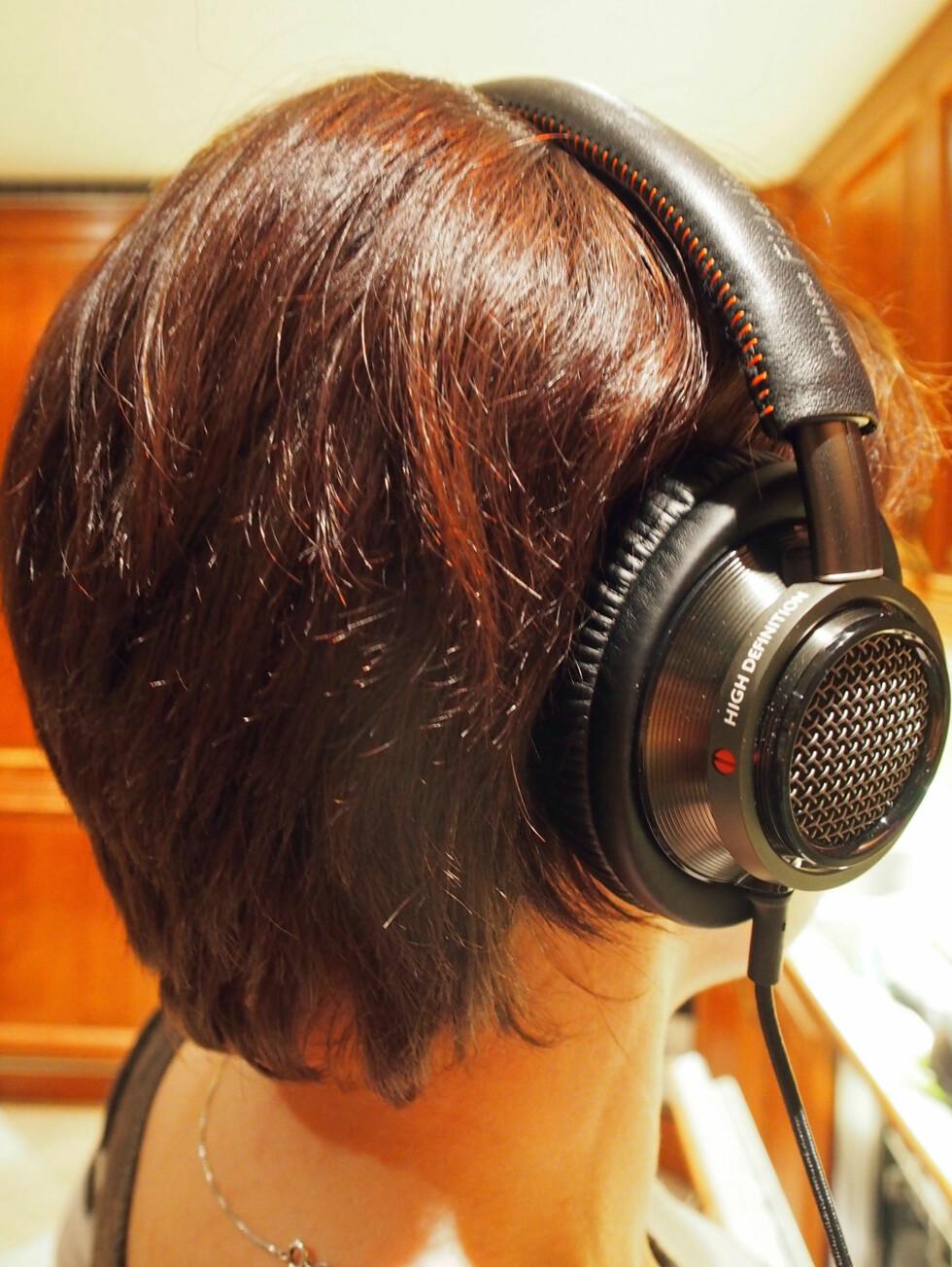 Philips Fidelio L2 på hodet. Foto: ØYVIND PAULSEN