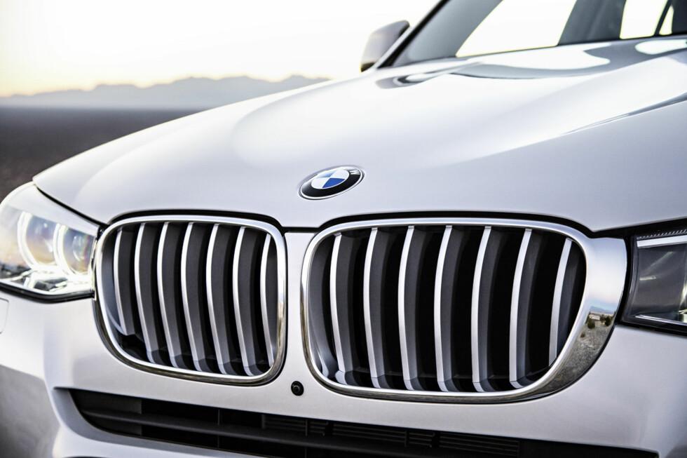 """NY GRILL: BMWs såkalte """"nyre-grill"""" er blitt redesignet i anledning oppdateringen av X3. Foto: BMW"""