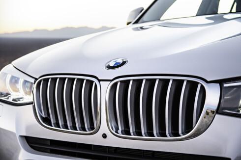 """<strong><b>NY GRILL:</strong></b> BMWs såkalte """"nyre-grill"""" er blitt redesignet i anledning oppdateringen av X3. Foto: BMW"""
