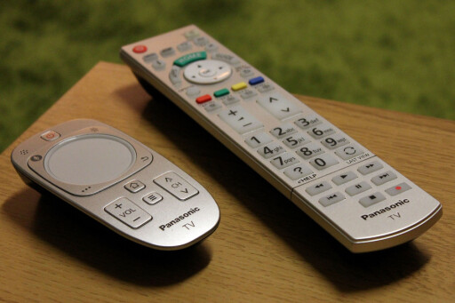 De to kontrollene som følger med. Vi liker dem begge, men Touch-kontrollen til venstre krever litt tilvenning før du får dreisen på den. Foto: OLE PETTER BAUGERØD STOKKE