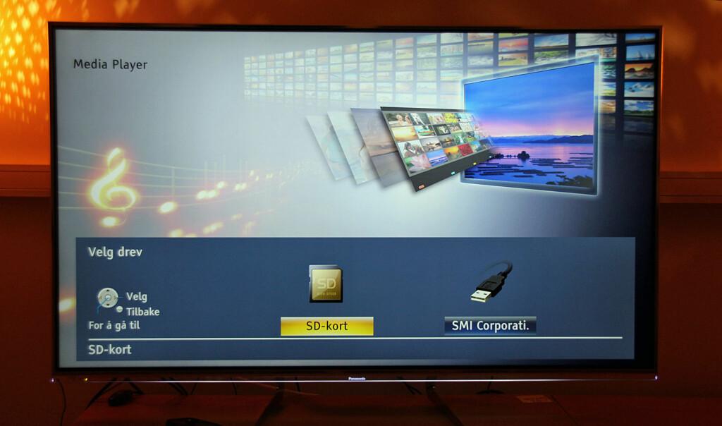 Panasonic har flust av innganger, men nok en gang får vi dessverre bevist at vi er i 4K-TVenes barndom: For mens Panasonic-modellen fint klarer å spille av 4K-klippene vi har fått låne via minnekortet (=SD-kort), klarer heller ikke denne modellen å spille av 4K-innholdet vi har lånt fra LG via USB-inngangen.  Foto: ØYVIND PAULSEN