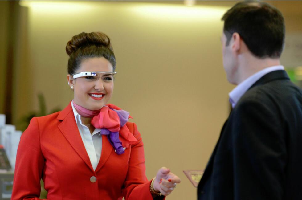 <strong><b>BRILLER FOR BEDRE SERVICE:</strong></b> Nå tester Virgin Atlantic ut om Google-briller blant sine ansatte kan gi bedre service for flyplassasjerene. Foto: SITA/VIRGIN ATLANTIC