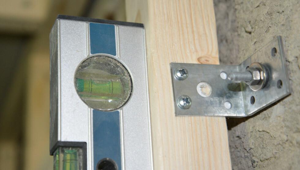 Det er enkelt å få lekten i lodd ved å justere mutteren når konstruksjonen står litt i spenn. Foto: Brynjulf Blix