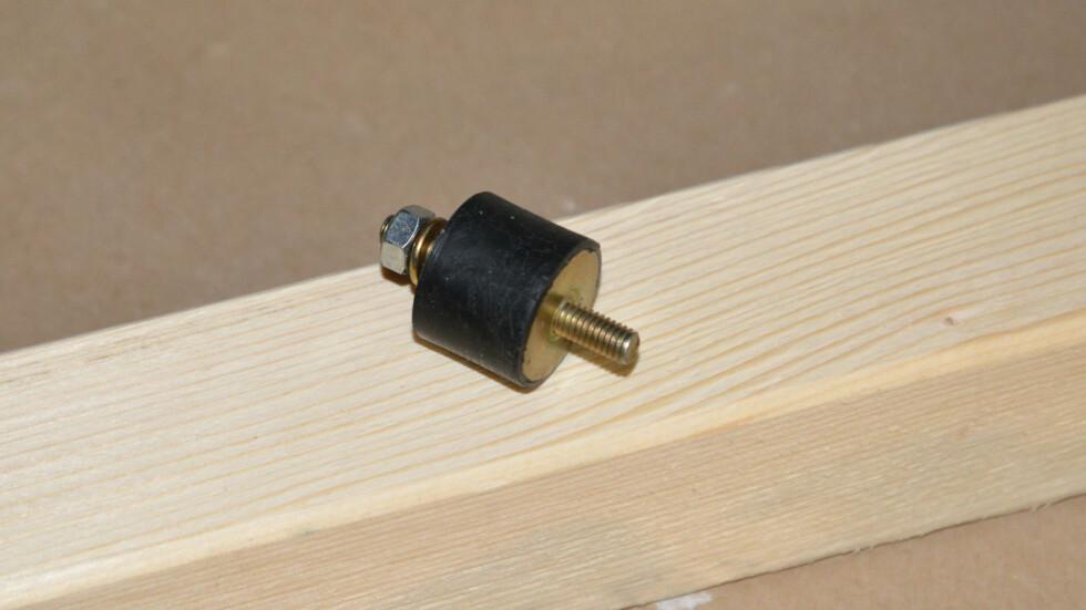 Et standard vibrasjonsdempende  motorfeste kan brukes til så mangt. Kommer i mange forskjellige størrelser. Foto: Brynjulf Blix