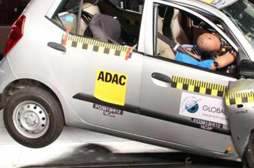 <b>SVÆRT HØY DØDELIGHET:</b> Dette er en av fem småbiler som falt helt gjennom i en kollisjonstest Global NCAP nylig gjennomførte av biler som er blant de mest solgte i India. 0 av 5 stjerner ble fasit for samtlige i testen. Her ser vi den indiske Hyundai i10. Foto: GLOBAL NCAP