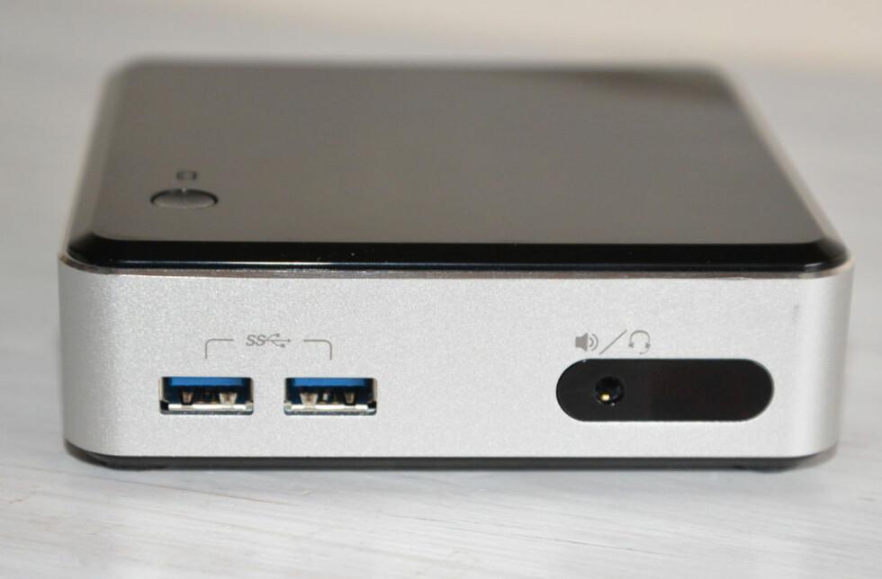 BITTELITEN: Intelys nye mini-PC er svært beskjeden i størrelse, men yter likevel bra. Likevel er det én ting som irriterer: støyen. Foto: BRYNJULF BLIX Foto: Brynjulf Blix