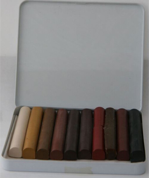 HARD VOKS: Såkalte skjellakk-stifter i ulike farger er et av produktene som brukes til å reparere parkett.  Foto: ALANOR.NO